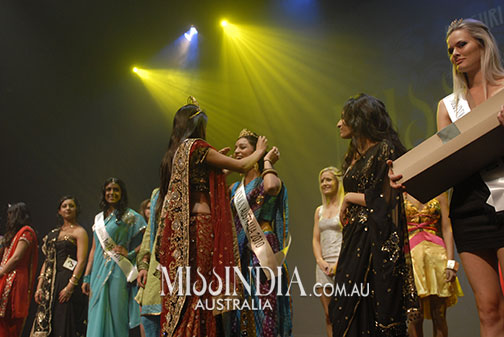 Pallavi Sharda  being crowned Miss India Australia 2010 in Sydney